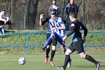 Fotbalisté Postoloprt (v modrobílém) přišli o vyhrané utkání v posledních vteřinách.