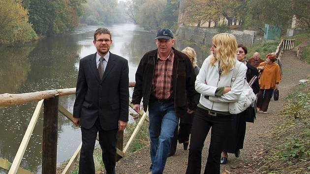 Starosta Jan Kerner, Michal Bajušev, majitel firmy, která stezku postavila, a Ivana Hádková (zleva) z lounské radnice si s dalšími hosty prošli otevřenou stezku podél Ohře.