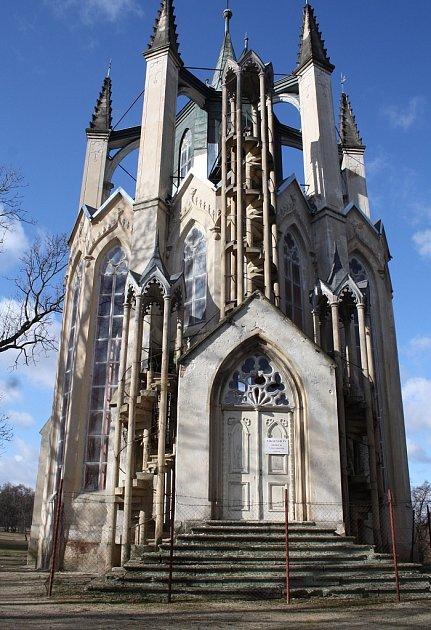 Novogotický templ vzámeckém parku vKrásném Dvoře je ve špatném stavu.