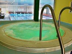 Tak vypadala vířivka v lounské plavecké hale krátce po svém uvedení do provozu. Archivní snímek