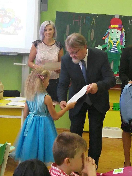 Čtenářka Dana Karičková nám do redakce poslala fotografii své dcery Danušky Karičkové s ministrem Stanislavem Štechem, který rozdával vysvědčení v Podbořanech