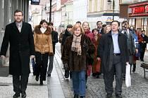Starosta Loun Jan Kerner (vlevo) prochází spolu s ukrajinskými hosty Pražskou ulicí.