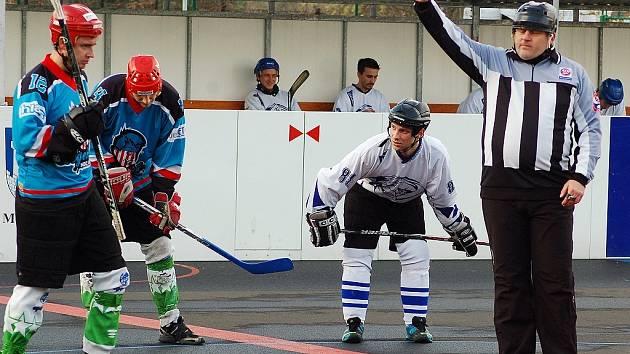 Hokejbalisté Žatce (v modrém) prohráli s Bílinou 1:2.