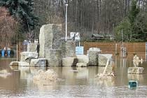 Kamenná scenérie v lounské odpočinkové zóně se ocitla pod vodou při velké povodni v lednu roku 2011.