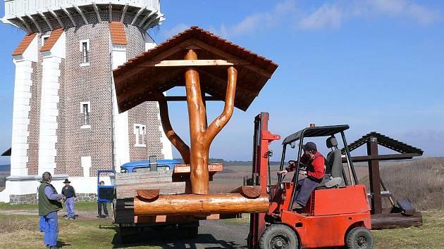 Řemeslníci v březnu připevnili nový odpočinkový kout pro turisty u Schillerovy rozhledny v Kryrech.