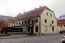 Pizzerie na rohu Kruhového náměstí a Nákladní ulice v Žatci.