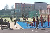 Děti si užívají první jarní dny na sportovním hřišti v Postoloprtech