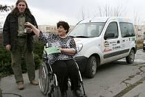 Předsedkyně Svazu tělesně postižených v Lounech Zdeňka Mocňáková předává klíčky od sociálního vozidla, senior taxi, řidiči Janu Zenahlíkovi.