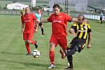 Fotbalisté Lenešic (v červeném) nezvládli první poločas a zaslouženě tak podlehli Vroutku 1:3.
