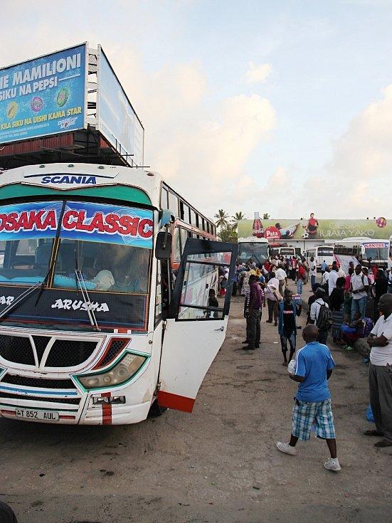 Autobusové nádraží v Dar es Salaam, bývalém hlavním městě Tanzanie