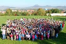 Děti a učitelé z vybrané základní školy v Lounech