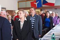Účastníci poslouchají státní hymnu, která zazněla na úvod setkání v Opočně.