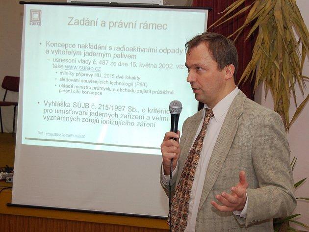 """""""Nechceme provádět průzkumy bez souhlasu lidí,"""" řekl v Blatně ředitel agentury SúRAO Vítězslav Duda."""