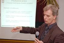 Vedoucí průzkumných prací SÚRAO Jiří Slovák hovoří na setkání v Blatně.