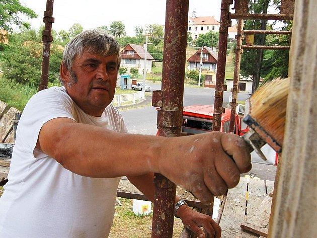 Jiří Imríšek natírá kapličku v Brodech.