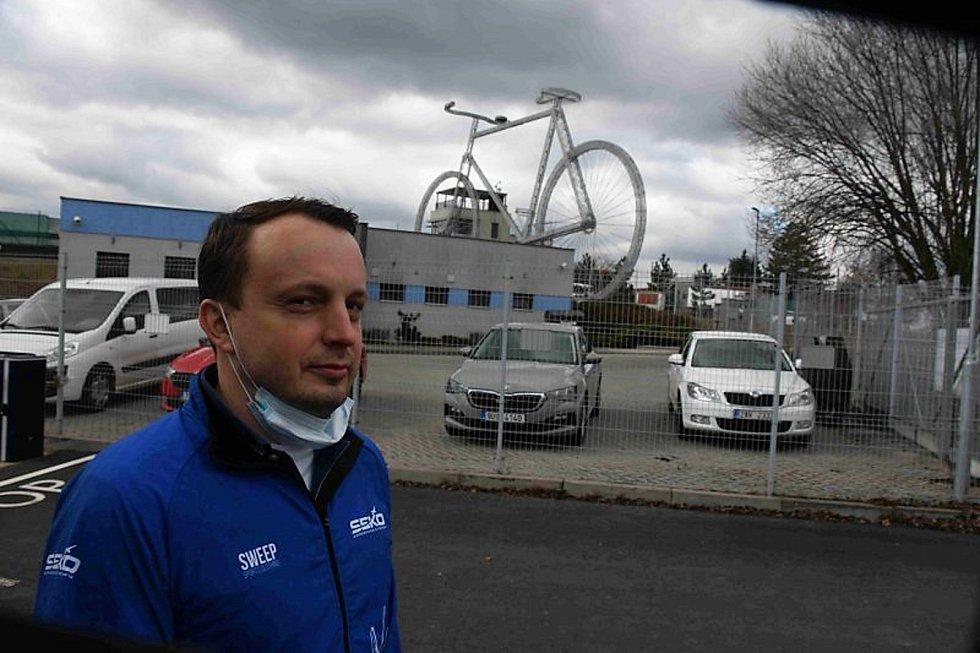 Ředitel lounského závodu SEKO Aerospace Tomáš Sedláček. Společnost je v Lounech známá svými dominantami - například obřím kolem nebo letadlem.