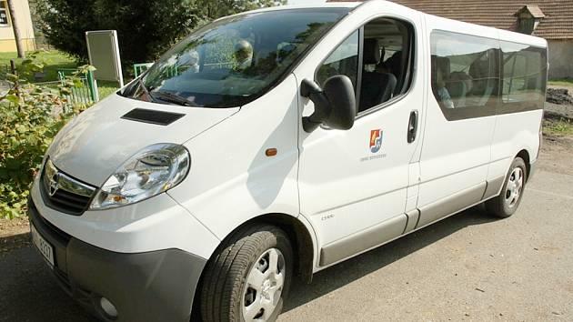 Děti vozí do školy nový mikrobus