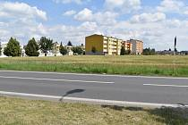 Místo, kde má v Žatci vzniknout sportovní hala. Pole za bývalým OSP podél silnice na Holedeč.
