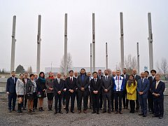 Hosté na slavnostním zahájení stavby druhé haly žateckého Koita