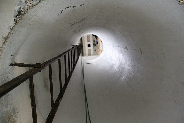 Poslední metry na vrchol věže vedou přímo bývalou nádrží. Vrelativně úzkém tubusu je žebřík