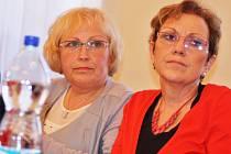 Zdeňka Venclíčková Baranniková (vlevo) a Eva Kapicová na archivním snímku ze zasedání žateckého zastupitelstva