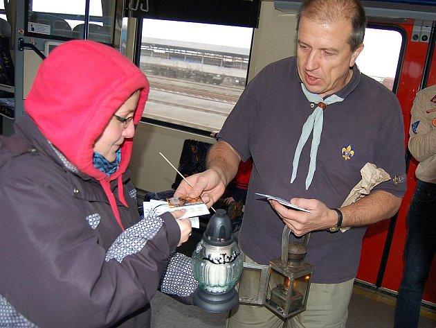Kurýr Zdeněk Zeman (vpravo) předával symbol ještě ve vlaku