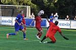 Fotbalisté Loun (v modrém) se přípravným utkáním v domácím prostředí protrápili. To soupeř z Perštejna mohl být spokojen.
