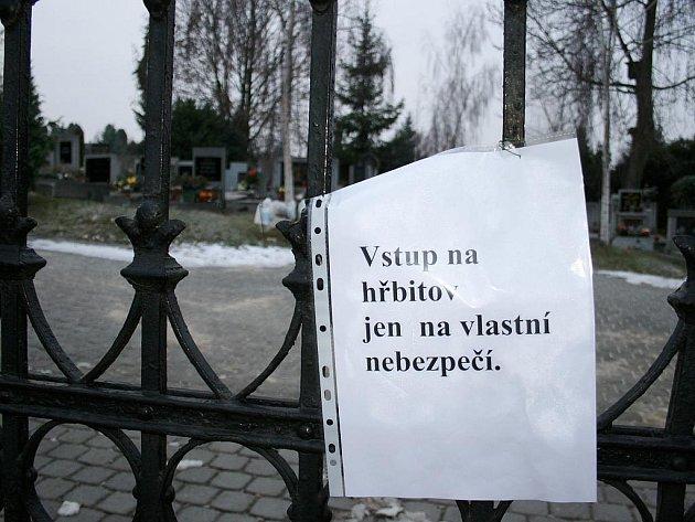 Oznámení na bráně hlavního hřbitova v Lounech