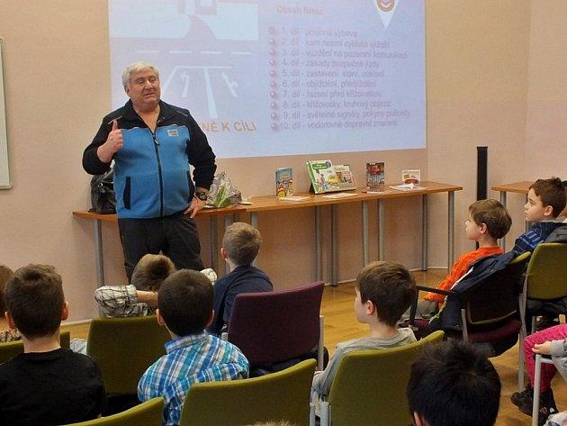 Jan Pechout, krajský koordinátor BESIP, se v závěru ledna věnoval dětem v knihovně v Lounech