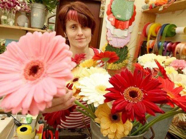 Lenka Krištůfková v prodejně květinářství v Lounech.