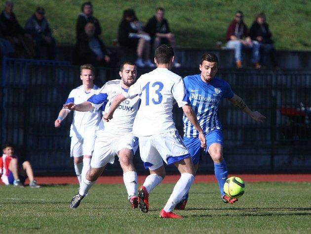 Divize B: Česká Lípa (modrobílé dresy) podlehla doma Lounům 0:2.