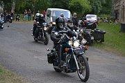 Oblíbený motosraz v lounské Stromovce.