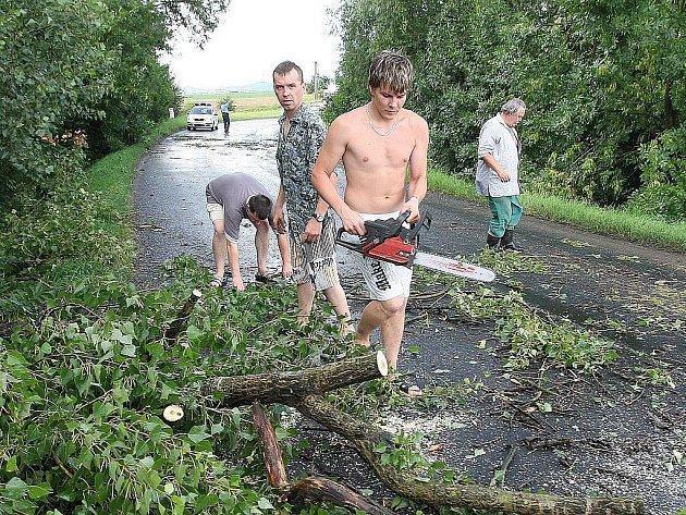 Bouře napáchala značné škody.