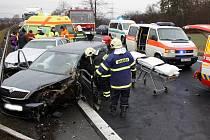 Hromadná nehoda tří osobních a jednoho nákladního vozu na silnici R7 u čerpací stanice Machač