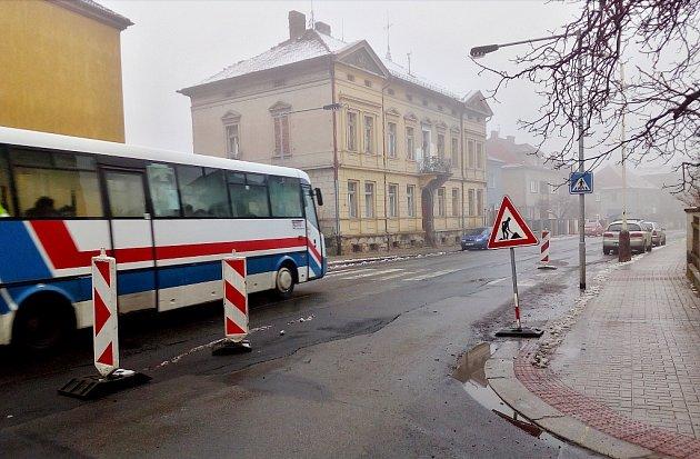 Průjezd ulicí Volyňských Čechů vŽatci připomíná spíš slalom než bezpečnou jízdu