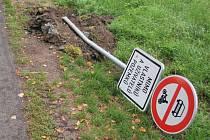 Obec Jimlín umístila na cestu značky, kterými na ní chce omezit nežádoucí provoz. Někdo je ale vyrval i s betonovými patkami.
