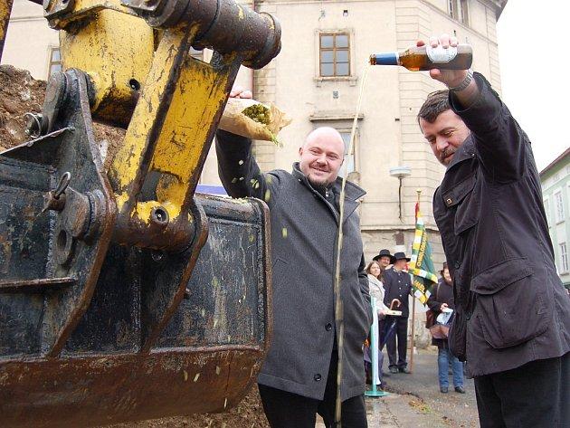 Křtu pivem a chmelem se ujali náměstek hejtmana Ústeckého kraje Radek Vonka (vlevo) a starosta Žatce Erich Knoblauch.