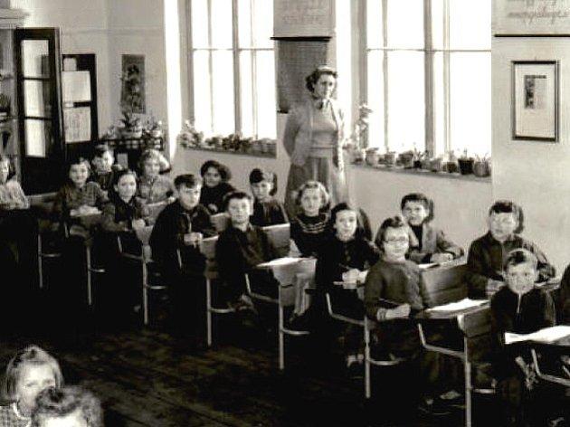 Na historickém snímku je zachyceno vyučování v Chlumčanech.