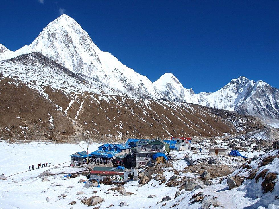 Osada Gorak Shep (5160 m.n.m.), z které se jde po moréně ledovce Khumbu do základního tábora horolezců (5364 m) pod Mount Everestem. Malý tmavší vrcholek vlevo je Kala Pattar (5545), velká špice je Pumori (7161 m). Za nimi už je Tibet