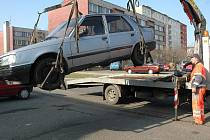 Ivan Kubeš nakládá na odtahové vozidlo překážející auto z parkoviště u restaurace Tulipán v žatecké ulici Bří Čapků. Probíhalo tam jarní čištění ulic, šest aut bylo kvůli tomu za asistence strážníků odtaženo.
