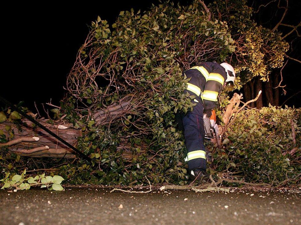 Hasiči likvidují ve Vidovli silnou větev, kterou zlomil vítr. Při pádu strhla sloup vedení i s kabely