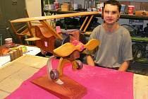 Odsouzený z věznice Nové Sedlo s dřevěným modelem letadla, který poputuje na mezinárodní výstavu v Polsku.