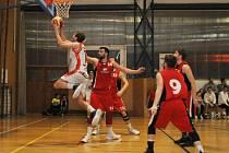 Lounští basketbalisté ( v bílém) si bez problémů připsali další dva body do tabulky ve skupině o 7-12 místo.