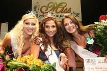 Marie Bartíková (vpravo) loni úspěšně soutěžila v klání Miss chmele a piva ČR, nyní se prosadila i mezi čtrnáct finalistek České Miss 2012.