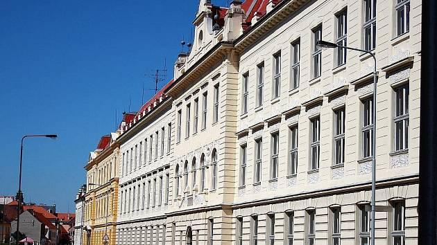 O založení gymnázia v Lounech, které dnes nese jméno Václava Hlavatého, se velkou měrou zasloužil právě někdejší starosta Petr Pavel Hilbert. Budovu najdeme v Poděbradově ulici