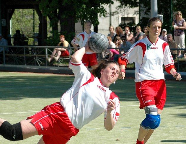 Na branku Rokytnice střílí Andrea Doskočilová za asistence Miluše Plecité v nedělním utkání, které Žatec vyhrál  28:18, v sobotu zdolal Studénku 22:15 a zajistil si účast v play–off.