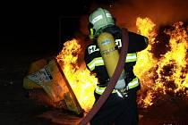 Snímek Michala Hrdličky z práce hasičů vystavený na aktuální výstavě v Helsinkách