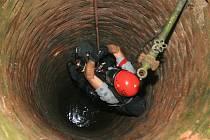 Hasič se spouští do studny na pomoc topícímu se štěněti