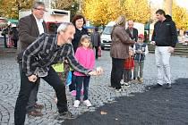 Francouzský víkend proběhl na náměstí v Lounech právě před rokem, účastníci takhle hráli například pétanque. Za týden v podobném duchu bude představeno Německo.