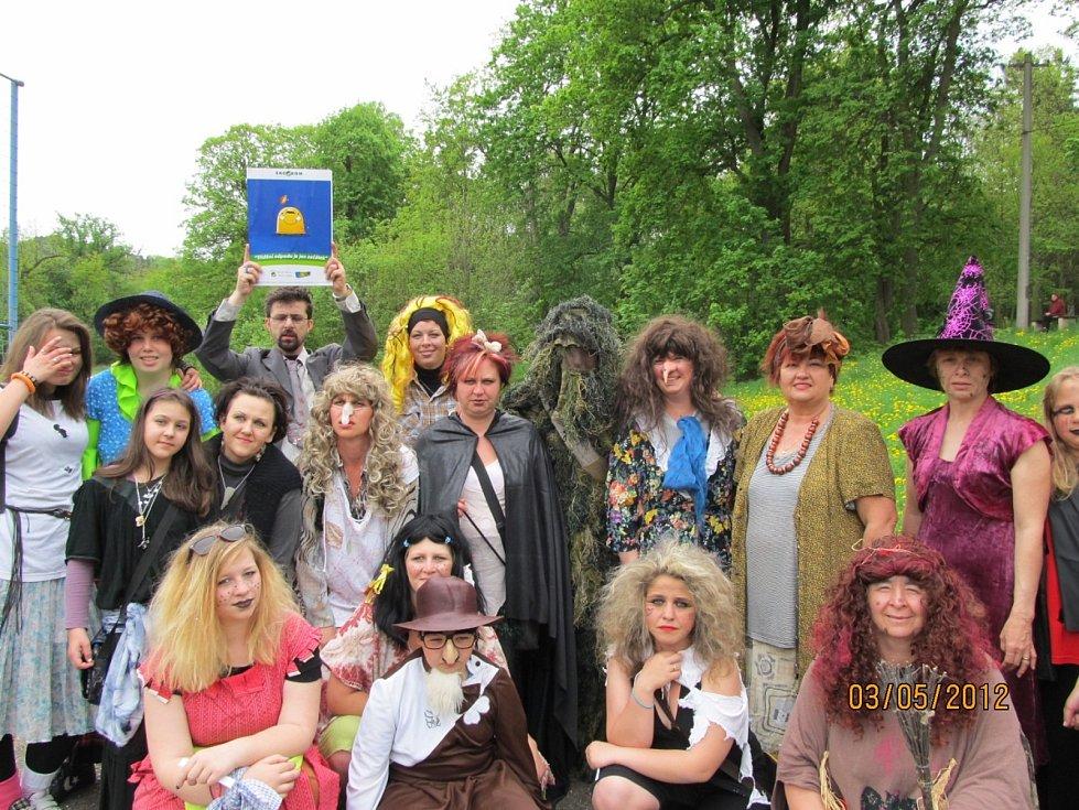 Rok 2012. Svátek petrohradských čarodějnic, Marie Vránová je vpravo.